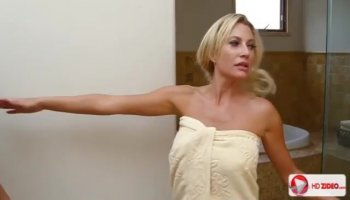 Cindy gets all hort and horny in the tub